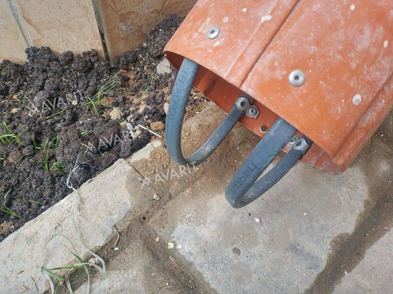 Правильное крепление кабеля в водостоке